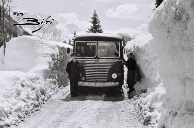 164 - corriera tra la neve V e gente