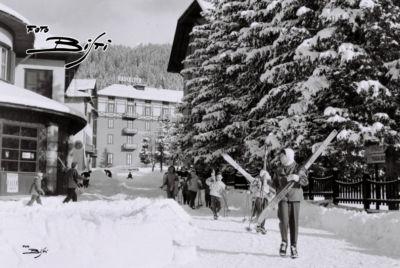 312 - piazza e sciatori
